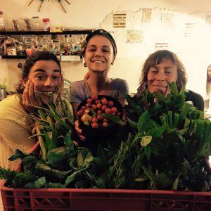 Primeiro cabaz da época 2015/16, directamente da Horta da Partilha (pela mão das agricultoras que posam para a foto) para a cozinha da Cuka (no meio) no Espaço Compasso. O negócio foi fechado usando exclusivamente a moeda Ecosol Porto.